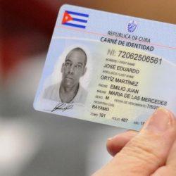 Modelo del nuevo carné de identidad presentado durante la conferencia de prensa sobre la implementación del novedoso sistema de identificación, realizada en La Habana, Cuba, el 15 de octubre de 2014.  AIN FOTO/Roberto  MOREJÓN RODRÍGUEZ/sdl