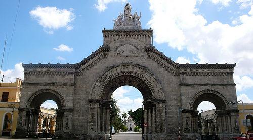 Entrada de la Necrópolis de Colón
