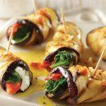 Rollo de berenjena relleno con vegetales marinados