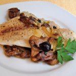 Filete de pescado relleno con champiñón y queso blanco acompañado de salsa criolla